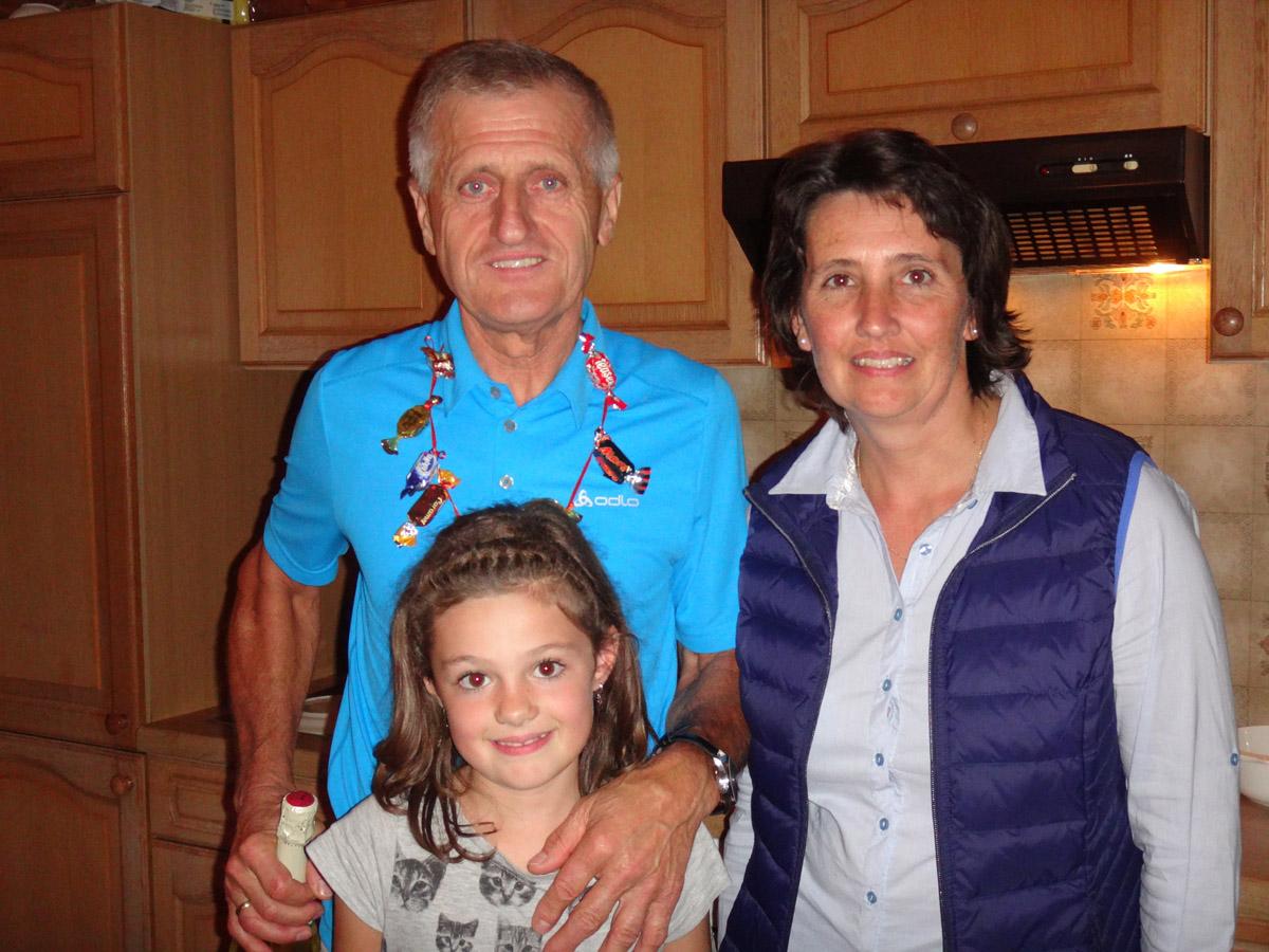"""Jurek po zdobyciu tytułu Mistrza Świata, z Gospodynią, jej córką Betiną oraz cukierkowym """"medalem"""" zrobionym przez nią"""