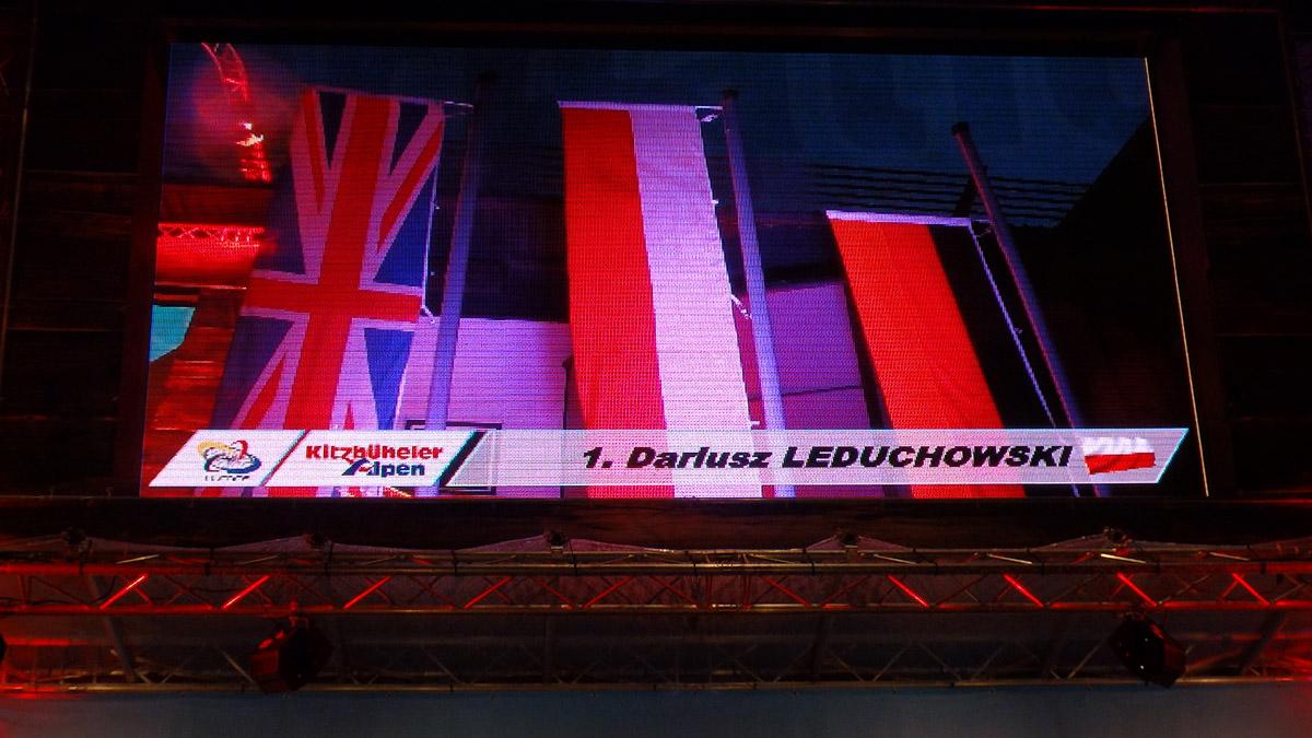 Dekoracja i dwa razy polska flaga na szczycie – co za bajeczny widok.